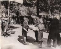 Jan Ter Reegen ontvangt in 1948 van Prins Bernard een handtekening in het logboek.